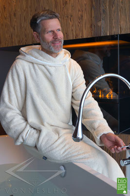 Exklusiver Designer Bademantel mit Kapuze, Herren Wellness Haute Couture