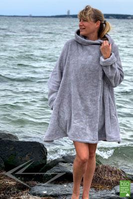 kuschelweicher luxus Bio Bademantel, kurzer Damenbademantel, exklusive Bathrobe Wellness Haute Couture
