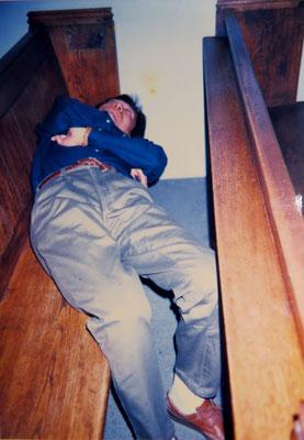 (14) 【28年前】  車の運転に疲れて教会の中で‥。神をも恐れぬ愚行。ゴメンナサイです。当時はついこんなことをしてしまうほど、人の気配すらなかった。
