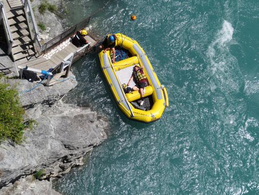(16) ダイブしたあとは救命ボートが迎えに来る。