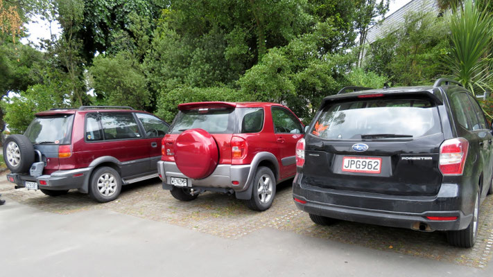 (24) 日本車SUVトリオ。左から三菱RVR、トヨタRAV4、スバルフォレスター。RVRとRAV4は日本ではあまり見なくなった。この他日産テラノ、いすゞビッグホーンなど、古い車に長く大切に乗っている。