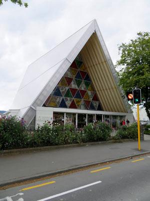 (3) 2011年2月の震災で大聖堂が倒壊し、町の中心部に建てられた紙の教会。日本人建築家の設計による。