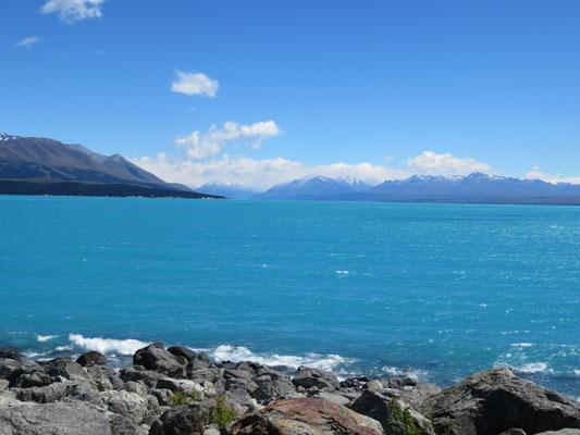 (1) 山は雨だったのに、少し下ったプカキ湖はご覧のとおりの天気。湖水が青いのは、氷河が溶けて多量のミネラルを含んでいるせいらしい。