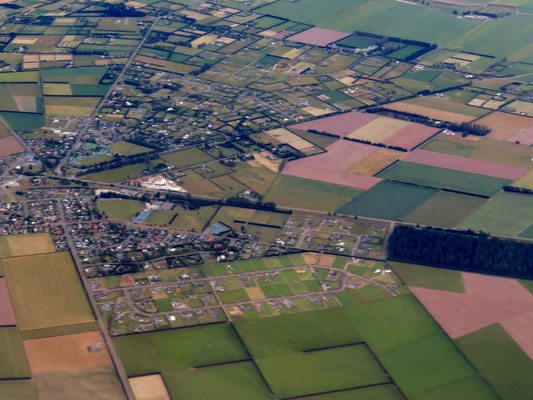 (2) 道路も町も放射状に広がる。