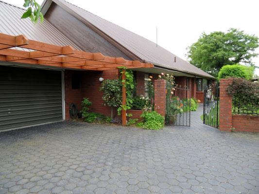 (13) 午後は一般家庭ロビンさん宅を訪問。手前がガレージで奥が母屋。比較的平屋建てが多い。