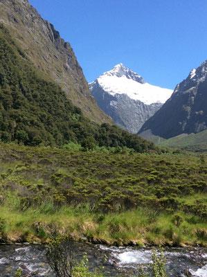 (11) 氷河をいだく峰。あの氷河も20年後には消えてなくなるとか‥。