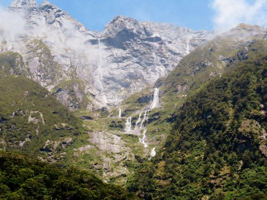 (28) 天空の瀑布。頂の向こうに水源があるかのような、不思議な光景。