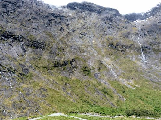 (12) 峠の長いトンネルを抜けると、屏風のような岩山がそそり立っていた。