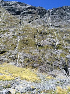 (15) 前日までの雨が、しみ込む場所がないため岩肌を流れ落ちる。