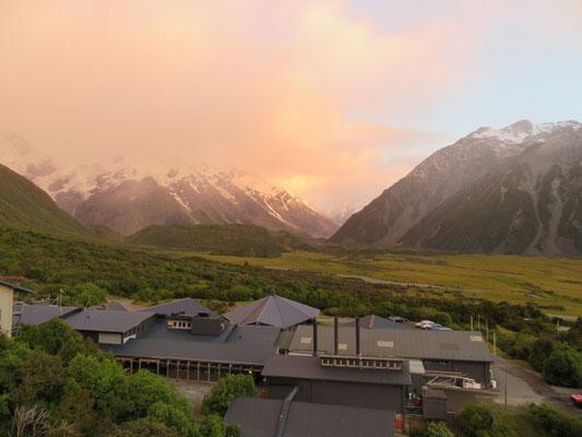 (1) アオラキ/マウントクックの峰を染める朝焼けを見ようと早起きしたが、残念!