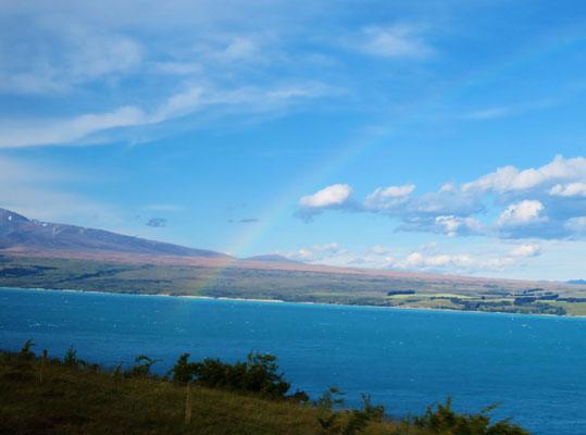 (21) マウントクック手前のプカキ湖。晴れているのに虹が出ているってことは、この先が雨ってこと? (悪い予感が的中する。)