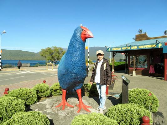 (4) ニュージーランド固有の飛べない鳥タカヘのモニュメントと。本物はもちろん雅恵よりもずっと小さい。