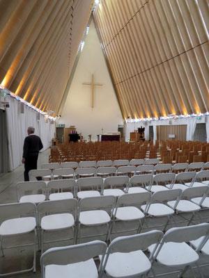 (5) 中に入ると確かに教会。