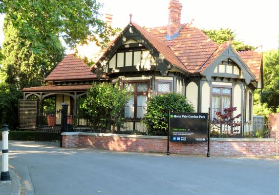 (19) モナ・ベイル。ガーデンシティーを代表する英国風邸宅と庭園。