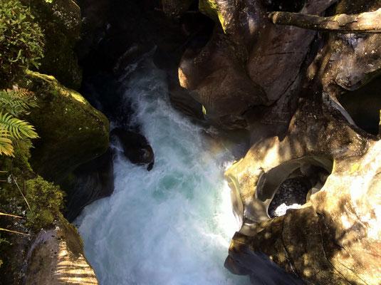(20) 岩に穴をあけるほどの水の勢い。