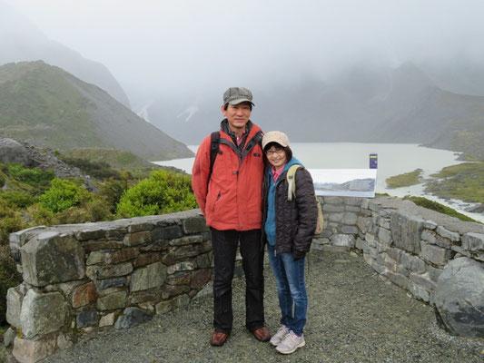 (5) ミューラー湖をバックに。晴れていたら、さぞかし綺麗だったろう。