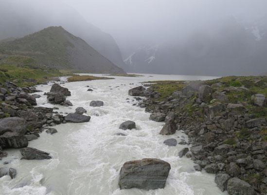 (4) 川は濁流。上流は土砂降り?