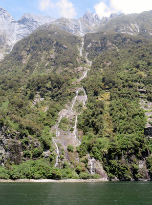 29) 山頂から一直線に流れ落ちる滝。長いもので1,000mもあるという。