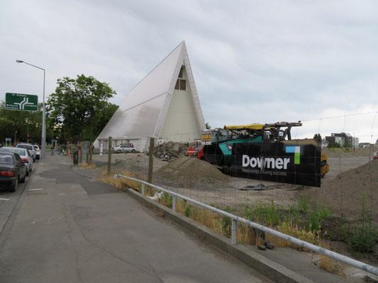 (8) 紙の教会が建っている場所も、裏側はこんな状態。