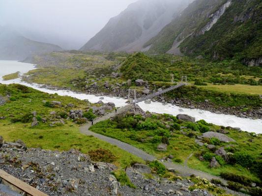(2) フッカーバレーへの道を歩くこと小1時間。丘の下に第1の吊り橋が。