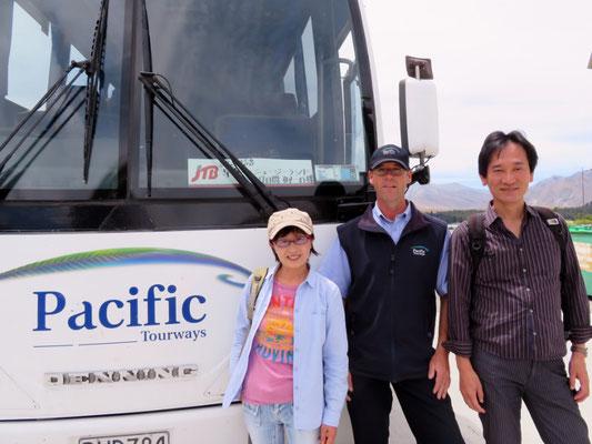 (16) 観光バスの運転手ポールと。