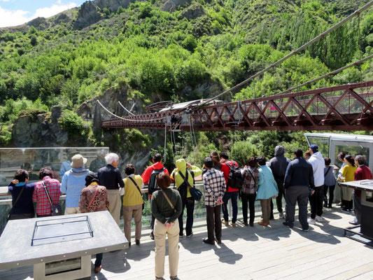 (14) カワラウ渓谷の吊り橋に設けられたバンジージャンプ台。