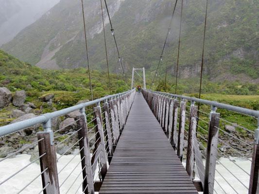 (3) 第1の吊り橋。風雨が強くなってきたので、ここで諦めて戻る。