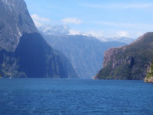 (40) 崖が階段状なのは、氷河期と間氷期が繰り返して何度かにわたって氷河が削り取ったから。
