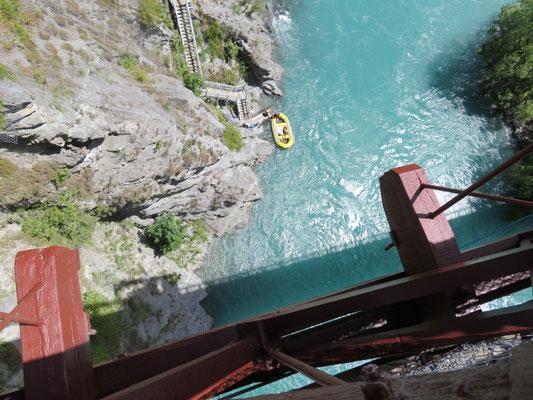 (15) 吊り橋から下を覗くと、こんな感じ。