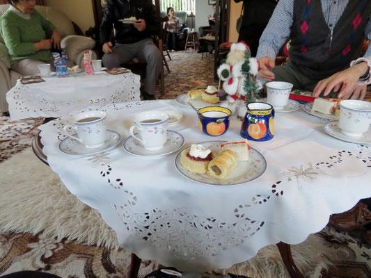 (15) 奥さん手作りのサンドイッチやホットパイなどでアフタヌーンティー。