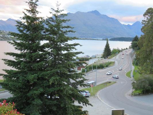 (25) 静かなたたずまいと思いきや、国道沿いでした。ニュージーランドも車が増えた。