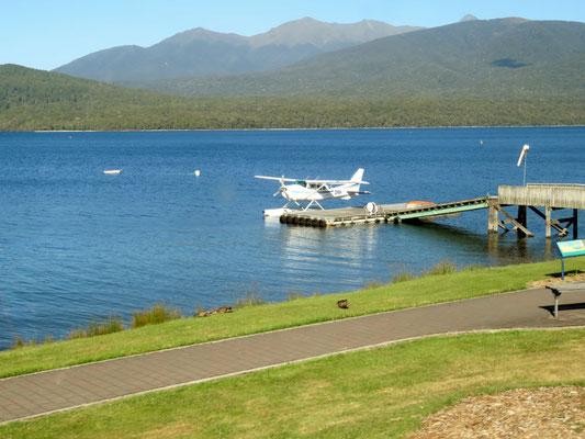 (2) テアナウ湖に浮かぶ水上セスナ。