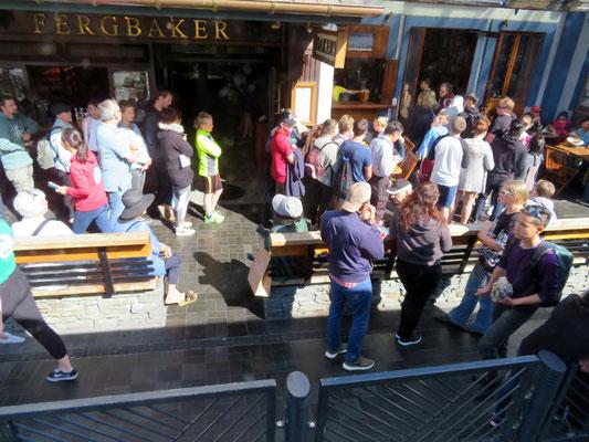 (20) クインーンズタウンのバーガーショップに並ぶ人だかり。ニュージーランドって、こんなに人がいたっけ?