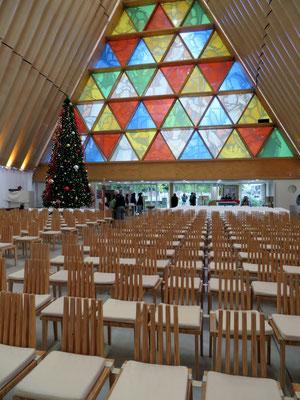 (6) 教会の内部。