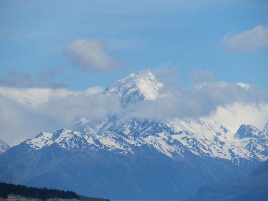 (10) 高曇りが幸いして、やっと山頂が見えた。ニュージーランドの最高峰。標高3,724m。