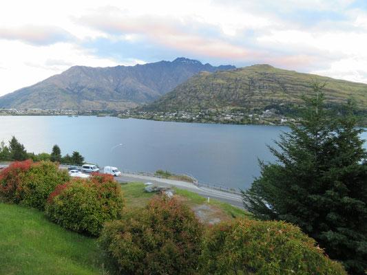(23) ホテルからのワカティプ湖のたたずまい。