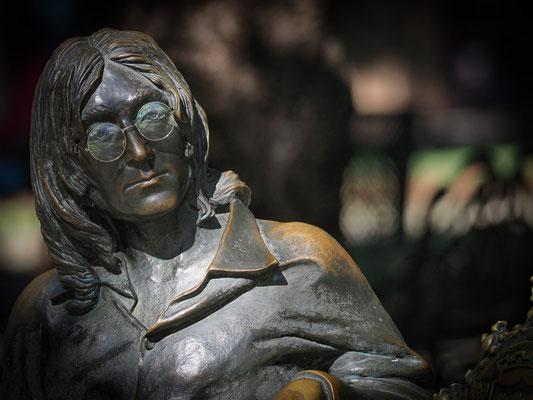 John Lennon saß auch in  einem Park in Havanna herum. Eine Frau kümmerte sich eigens um seine Brille und setzte sie ihm auf die Nase, wenn ein Tourist vorbeikam.