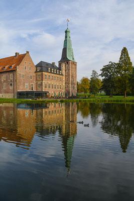 In der ersten Hälfte des 18. Jahrhunderts starb das Geschlecht der von Velen zu Raesfeld aus. Das Schloss wurde nur noch unregelmäßig bewohnt und verfiel allmählich.