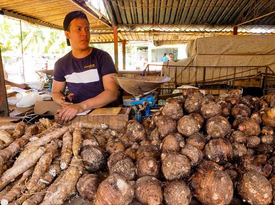 Händler mit seinem Warenangebot auf dem wichtigsten Obst- und Gemüsemarkt in Camagüey, Kuba.