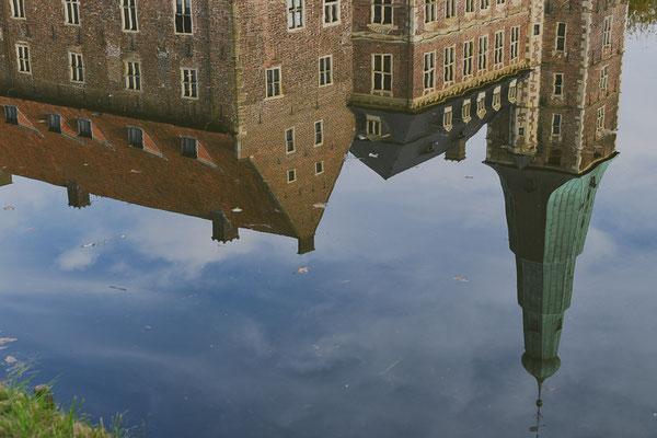 Von den ehemals vier Flügeln der Burg stehen heute nur noch der Westflügel mit dem markanten stufenförmigen Turm und der nördlich angrenzende Altbau mit einem wieder aufgebauten Rundturm.