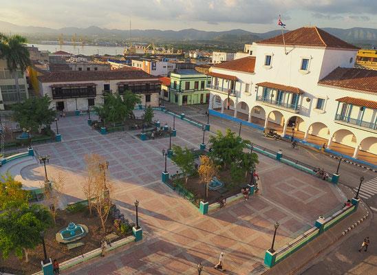 """Blick vom Hotel """"Casa Granda"""" auf den Parque Céspedes und die Casa de Velázquez, rechts davon das Rathaus von Santiago de Cuba"""