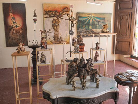 Im Atelier von Martha Petrona Jiménez, einer Kubanischen Künstlerin aus Camaguey. Sie malt, arbeitet mit Keramik und stellt Skulpturen her.