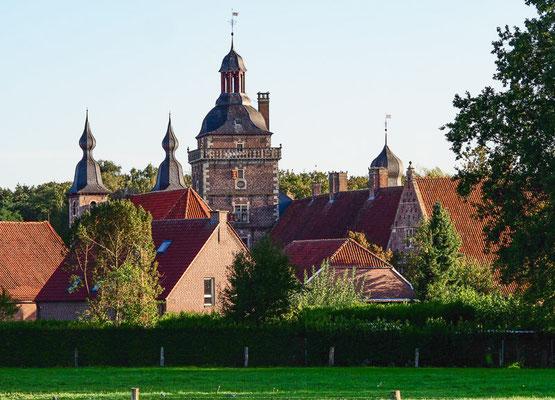 Keine 10 km von unserer Fewo entfernt liegt das Schloss Raesfeld, das mit dem angrenzenden Tiergarten eine Menge Tagestouristen anzieht und deshalb an Wochenenden oft überlaufen ist.