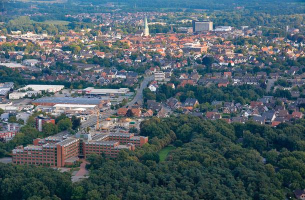 Ein Blick aus dem Ballon auf Borken mit dem Kreishaus (vorne), der Remigiuskirche und dem Krankenhaus (hinten).