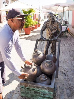 Bronze-Installation der Künstlerin Martha Jimenez vor der Carmen-Kirche