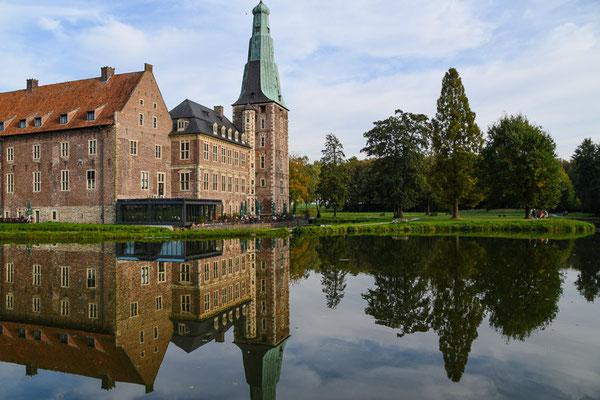 """1643 bis 1658 ließ der Reichsgraf Alexander II. von Velen, der """"Westfälische Wallenstein"""", die Burg zum Residenzschloss im Stil der Renaissance ausbauen."""