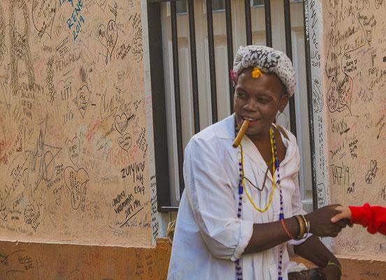 Zigarre rauchende Frau in Havanna, nicht nur Folklore!