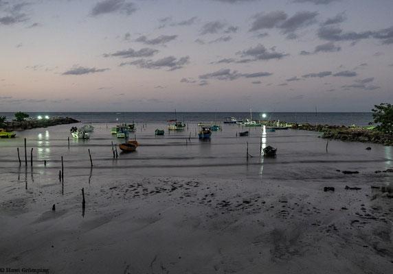 Kleiner Fischerhafen beim Hotel am Abend