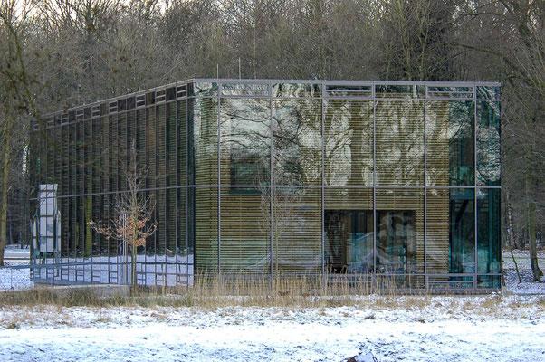 Das Tierparkhaus fügt sich optisch gut in die Natur ein.