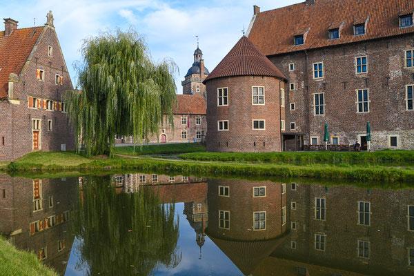 Die Geschichte des Schlosses Raesfeld reicht bis in die Anfänge des 12. Jahrhunderts zurück. Es war im Besitz der Herren von Raesfeld und gelangte Ende des 16. Jahrhunderts in den Besitz derer von Velen.